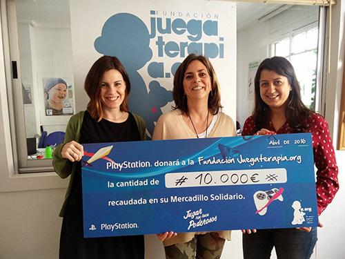 Sandra Pascoa y Susana Martín, del departamento de Relaciones Públicas de SCE España, hacen entrega del cheque de 10.000 € a María José Jara, directora de proyectos y eventos de la Fundación Juegaterapia.